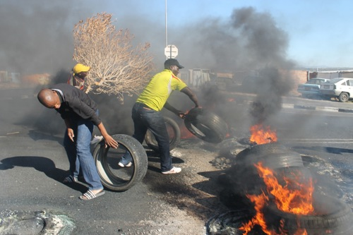 Parents burn tyres on Baden Powell Drive, Cape Town, in protest over the lack of a primary school for children from the Zwelitsha and Nkanini informal settlements in Khayelitsha. Photo: Nombulelo Damba/WCN