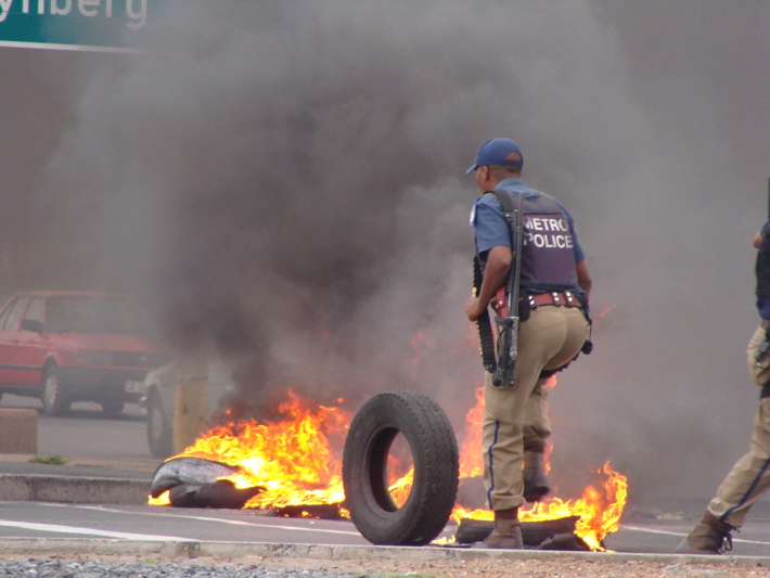 Tyres burnt in Cape housing protest