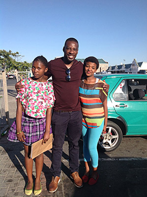 Muvhango and Scandal actor Lesley Musina with Cape Town fans Ziyanda Feni, and  Abongiwe Mqoqi. Musina was besieged by the two soapie's fans in Cape Town. Photo. Peter Luhanga /WCN