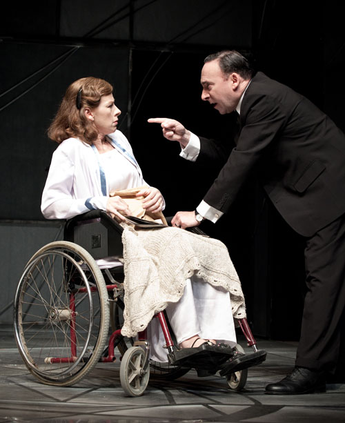 8-sir-antony-sher-and-susan-danford-in-broken-glass_fugard-t