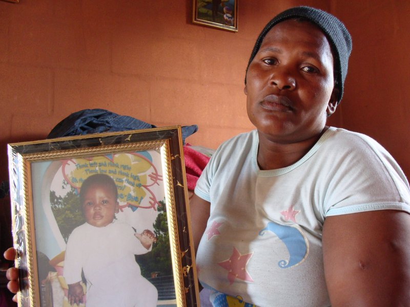 Fundiswa Maphini holds a picture of her dead son Simamkele. Photo: Peter Luhanga/WCN