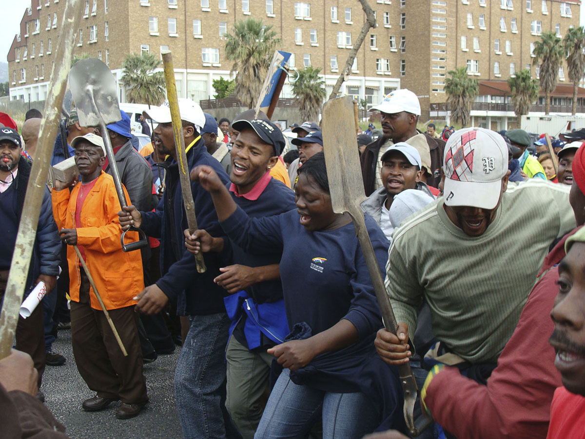 Carrying spades, picks and sticks, striking muncipal workers marched to the Cape Town Civic Centre on Wednesday. Photo: Siyabonga Kalipa/WCN
